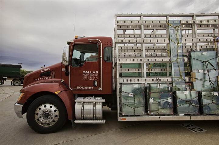 Photo of Dallas Flat Glass Distributing s T270 courtesy of Kenworth.